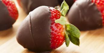 thegreatist_chocolatecoveredstrawberries.PNG